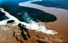 南米アルゼンチンのプエルトイグアス(Puerto Iguazu)で、豪雨のため増水した世界遺産「イグアスの滝(Iguazu Falls)」の眺め(2014年6月11日撮影)。(c)AFP/NOTICIAS ARGENTINAS - Primera Edicion ▼13Jun2014AFP|濁流にかかる虹、ブラジル・イグアスの滝 http://www.afpbb.com/articles/-/3017614 #Iguazu_Falls