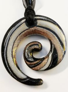"Murano Kette ""Swirl"" in schwarz-gold-silber  von Menara d'oro auf DaWanda.com Choker, Gold Silber, Washer Necklace, Beads, Jewelry, Black Gold, Handmade, Necklaces, Nice Asses"