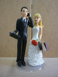 Topo de bolo para casamento, noivado, chá bar ou homenagens, estilo clássico, com aparência de bonecos de porcelana ou louça, confeccionado em porcelana fria (biscuit), personalizado de acordo com as especificações do cliente. O cliente pode utilizar para personalizar ainda mais o produto o hobby, animais, manias, profissões dos noivos.  Este casal de noivos são maiores que o padrão, para quem tem um bolo suntuoso e precisa de noivinhos mais chamativos! Ou para enfeitar a mesa do bolo! O ...