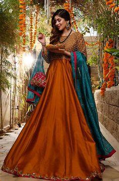 Coordinated with contrasting teal dupatta finished with lace on all four sides. Pakistani Mehndi Dress, Pakistani Fashion Party Wear, Pakistani Formal Dresses, Pakistani Wedding Outfits, Indian Bridal Fashion, Pakistani Wedding Dresses, Pakistani Dress Design, Mehendi, Fancy Dress Design