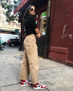 Cute aesthetic trendy outfit with mom jeans and tank tops brandy Melville pretty skirt Tomboy Outfits, Outfit Chic, Skater Girl Outfits, Tomboy Fashion, Teenager Outfits, Dope Outfits, Streetwear Fashion, 90s Fashion, Trendy Outfits