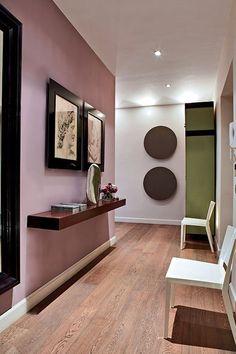 Comme on le sait, il n'est pas nécessaire qu'une pièce soit baignée de lumière pour oser peindre un mur dans une couleur plus ou moins foncée. Le vieux rose est une couleur qui s'associe merveilleusement aux bruns et aux verts. Comme dans ce couloir, ou un seul mur a été recouvert de peinture vieux rose et contraste avec un angle peint en vert et blanc. Grâce à ce type de combinaison, le couloir prend une nouvelle dimension avec une perspective intéressante et élégante. Farrow&Ball