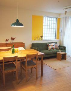 リビングダイニングルームは、フォーカルポイントに鮮やかなイエローの壁塗装。 グリーンのソファ・ブルーのペンダント、カラフルなクッションがアクセントです。M邸