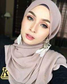 Image may contain: 1 person, closeup Casual Hijab Outfit, Hijab Dress, Wedding Makeup Looks, Bridal Makeup, Royal Wedding Gowns, Hijab Makeup, Muslimah Wedding, Hijab Style Tutorial, Modern Hijab Fashion