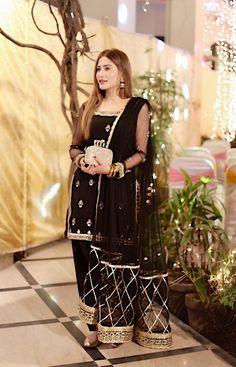 Black Pakistani Dress, Simple Pakistani Dresses, Pakistani Dress Design, Pakistani Fashion Party Wear, Pakistani Wedding Outfits, Indian Bridal Outfits, Stylish Dresses For Girls, Stylish Dress Designs, Designs For Dresses