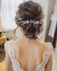 Les Dernières Tendances Coiffures de mariage // chignon coiffé-décoiffé avec fleurs blanches