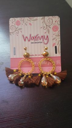 aretes, accesorios exclusivos, de moda!!! Place Cards, Place Card Holders, Frame, Home Decor, Tent, Earrings, Woman, Accessories, Homemade Home Decor