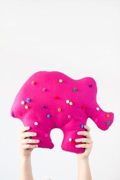 DIY Circus Animal Cookie Pillows | studiodiy.com