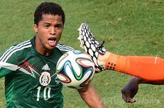 サッカーW杯ブラジル大会(2014 World Cup)決勝トーナメント1回戦、オランダ対メキシコ。オランダの選手とボールを競るメキシコのジオバンニ・ドスサントス(Giovanni Dos Santos、2014年6月29日撮影)。(c)AFP/JAVIER SORIANO ▼30Jun2014AFP|オランダがメキシコに逆転勝利、フンテラールのPKが決勝点に http://www.afpbb.com/articles/-/3019123 #Brazil2014 #Netherlands_Mexico_round_of_16