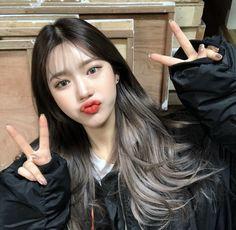 ミ ミ ⇡ 𝚖 𝚒 𝚒 𝚛 𝚒 𝚊 𝚊 美 korean girl, korean hair color, ulzzang girl. Kpop Hair Color, Korean Hair Color, Hair Korean Style, Pelo Emo, Hair Color Streaks, Hight Light, Underlights Hair, Aesthetic Hair, Dye My Hair