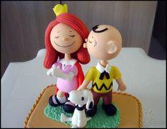 Personagens Charlie Bronw, Menininha ruiva e Snoopy, da obra do cartunista americano Charles Monroe Schulz. Feito à mão em porcelana fria (biscuit)  Ótimo presente de namorados =)  Obs: O tamanho e formato da base de acrílico estão sujeitos à disponibilidade nas lojas que oferecem este tipo de artigo.  -------***-------  Characters inspired in Charles Schulz´s creation, Peanuts, made in cold porcelain.  5in approx, and goes with an acrylic base.  A great gift for fans!  How to ordering: Just…