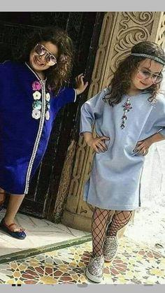 Jellaba Caftan D'orCaftan Morrocco Jellaba Caftan D'or How adorable does she make this sherwani look! 😍✨ L'image contient peut-être : 2 personnes, personnes debout لقالب غالب حبيبتي فديت قلبج اسم الله حولج وحواليج Aucune description de photo disponible. Baby Girl Fashion, Kids Fashion, Womens Fashion, Kids Kaftan, Kaftan Abaya, Moroccan Caftan, Dress Hairstyles, Couture, Clothing Patterns