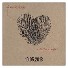 Vingerafdrukken van twee personen vormen samen een symbolisch en visueel hart; de namen van 'the bride and groom to be' wijzen elk naar een van de vingerafdrukken.