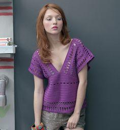 La sensualité prend le dessus avec le pull col V aux manches kimono ajourées de motifs ciselés. Modèle avec finitions au point d'écrevisse