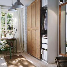 Mały przedpokój z szafą PAX z drzwiami przesuwanymi HURDAL z litej sosny oraz zielonym stołem ARKELSTORP