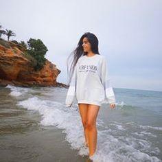 La imagen puede contener: una persona, de pie, océano, cielo, exterior, agua y naturaleza