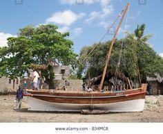 kenya-coast-province-lamu-island-boat-builders-put-the-finishing-touches-B34MC8.jpg (1300×1065)