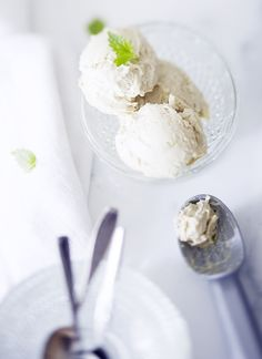 Avokado-valkosuklaa jäätelö (avocado-white chocklate ice cream) from Urbaani lusikka  Avokado-valkosuklaa jäätelö  1 prk mascarpone  2dl kuohukermaa 2 isoa kypsää avokadoa pieni kourallinen minunlehtiä 150 g valkosuklaata raasteena 2 rkl glukoosisiirappia 1 sitruunan mehu 1 sitruunan raastettu kuori  2tl vaniljajauhetta