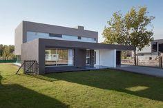 Wir besuchen heute dieses moderne Haus, das sich von außen kompakt und von Innen trendig zeigt.