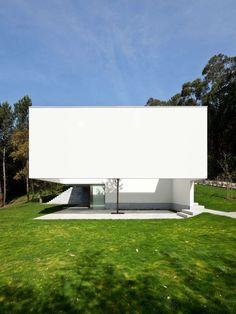 La casa en Ponte de Lima 3 reciente obra del maestro de la arquitectura portuguesa Eduardo Souto de Moura no se puede sintetizar en la sencillez aparente de sus