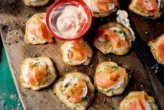 Blini's: een kruising tussen een pannenkoek, een poffertje en een kleine eierkoek - Bieslookblini's met zalm - Recept - Allerhande
