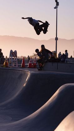 Hello Los Angeles - you look gorgeous today Skateboard Photos, Skate Photos, Skateboard Girl, Burton Snowboards, Surf Girls, Vans Girls, Kitesurfing, Parkour, Camping And Hiking