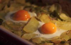 Huevos al horno con patatas: http://huevos-al-horno-con-patatas.recetascomidas.com/ #huevos #egg #patatas #receta #recipe #videoreceta