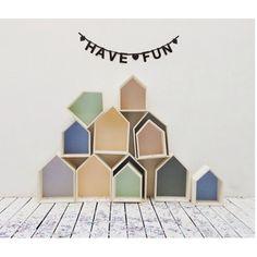 Estanterías con forma de casita, acabadas en madera natural y trasera pintada en color blanco. Disponible en dos tamaños: 27x18x39h o 22x18x31h.