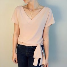 blusa laço na cintura rosa nude Outfits Mujer, Shirt Blouses, Shirts, Blouse Outfit, Short Tops, Blouse Styles, Sewing Clothes, Plus Size Outfits, Fashion Outfits