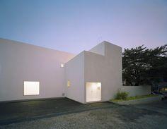 Aoki Jun. Unifamiliar white amb arquitectura minimal