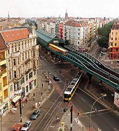 ღღ Schönhauser Allee: In der Hauptstraße des Quartiers fährt die U-Bahn auch hochbeinig