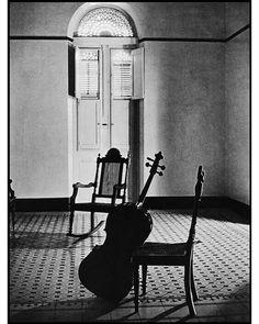 Из серии фотографий известного американского фотографа Эллиотта Эрвитта в Пуэрто Рико (1957, Unseen Book), посвященных Пабло Казльсу (1876-1973), легендарному виолончелисту, композитору, дирижеру, философу и общественному деятелю. Из воспоминаний А. Б. Гольденвейзера: «Лучшим виолончелистом в мире и одним из самых удивительных, гениально одаренных артистов, которых мне в жизни приходилось слышать, был знаменитый испанский виолончелист Пабло Казальс… Игра его при предельном виртуозном…