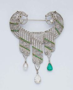 AN EARLY TWENTIETH CENTURY EMERALD, PEARL, DIAMOND, GOLD AND PLATINUM CORSAGE BROOCH, early 20th century [Best guess is early Art Deco]