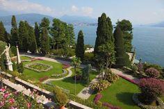 Isola Bella bij het meer van MaggioreDit kleine Borromeïsche eilandje was vroeger niet meer dan rotsachtig gebied, maar in de 17e eeuw bracht Carlo III Borromeo er verandering in door mooie tuinen aan te leggen voor zijn vrouw Isabella. Tuinen die tot op de dag van vandaag veel toeristen kunnen bekoren.