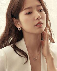 Park Shin Hye Exudes Professional Feminine Charm in Swarovsli CF Park Shin Hye, Korean Beauty, Asian Beauty, Korean Girl, Asian Girl, Yoo Ah In, Park Min Young, Beauty Tips For Women, Pearl Earrings