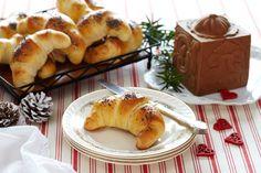 Nystekte horn er godt til ost og all annen julemat. Hornene kan bakes i god til før jul, og legges i fryseren. Etter et par minutter i stekeovnen, smaker de som nystekte. Av denne oppskriften får du 16 horn.