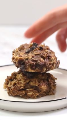 Healthy Snacks These No Bake Breakfast Cookies are easy to make, healthy, packed with protein, and simply delicious. They can be whipped up in less than 5 minutes and stored for up to two weeks! Healthy Cookies, Healthy Baking, Healthy Desserts, Healthy Drinks, Healthy Meals, Healthy Breakfasts, Easy Meals, Healthy Easy Food, Healthy Recipes For Two