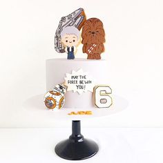 We have a huge collection of Sar Wars party ideas on our blog, I think we might need to add this adorable @spoonandfork_sydney cake to the list!