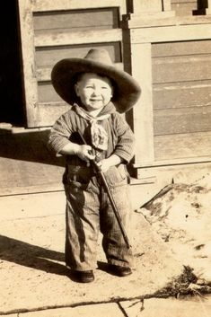 vintage cowboy photos little boy toddler hat gun rifle, smiling Vintage Children Photos, Vintage Pictures, Old Pictures, Vintage Images, Old Photos, Cowboy Pictures, Vintage Abbildungen, Photo Vintage, Funny Vintage