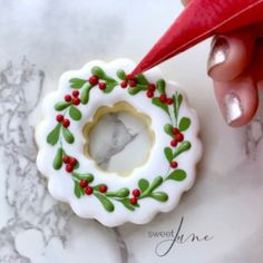 Decorated Christmas Cookies, Decorated Cookies, Christmas Wreath Cookies, Christmas Cooking, Christmas Goodies, Holiday Cookies, Christmas Desserts, Cookies Et Biscuits, Biscuits Décorés