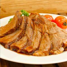 炊飯器でできちゃうなんて!今回は香り豊かな「紅茶豚」のレシピをご紹介します♪炊飯器に豚のブロック肉、スパイス、紅茶のティーパックを入れたら、あとは炊飯ボタンをおすだけ!しっとりジューシーな食感に濃厚なタレがやみつきになりますよ。
