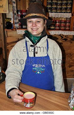 Local barmaid serving Glühwein, Christmas Market, Rathausplatz, Hamburg, Hamburg Metropolitan Region, Federal Republic of German - Stockbild