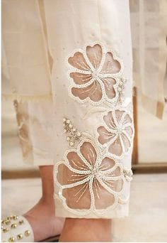 Pakistani Fashion Casual, Indian Fashion Dresses, Pakistani Dress Design, Embroidery Suits Design, Embroidery Fashion, Hand Embroidery Designs, Beautiful Dress Designs, Stylish Dress Designs, Vintage Style Dresses