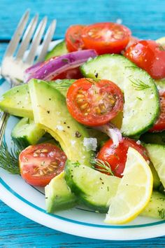 🌷Rena 🌷: My kids love this 😍🙌🏻 Avocado, Cucumber and Tomato Salad . A light and refreshing salad with a . Cucumber Avocado Salad, Avocado Salat, Junk Food, Healthy Salads, Healthy Recipes, Healthy Food, Healthy Kids, Bento, Veggie Frittata