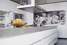 Sfeer in de keuken: levengrote zwart-wit familiefoto aan de wand | moderne witte keuken