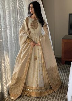 Fashion and Arts - Indian designer outfits - Shadi Dresses, Pakistani Formal Dresses, Indian Gowns Dresses, Indian Fashion Dresses, Dress Indian Style, Pakistani Dress Design, Indian Designer Outfits, Pakistani Outfits, Nikkah Dress