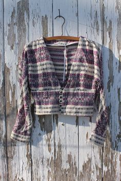 This cute waist length sweater has a pattern of southwestern style stripes white, magenta, and grey with red fleck. It has a deep v neckline and is a cardigan with shiny dark grey buttons. It is long sleeved and has slight batwings. Measurements  Waist: 28 (71 cm) Sleeve length: 19 (48 cm) Cuff: 8 (20.5 cm) Side length: 5 (12.5 cm) Front length: 17 (43 cm) Shoulder width: 15 (38 cm)  See all available sweaters here: https://www.etsy.com/shop/dnuoFound?ref=seller-platf...