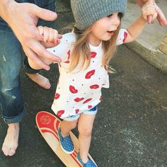 Hanging on to daddy Little Babies, Little Ones, Cute Babies, Baby Kids, Baby Outfits, Little Fashion, Kids Fashion, Jean Court, Skater Girls