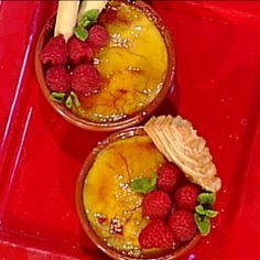 500 g di latte  500 g di panna  50 g di rum  8 tuorli  45 g di amido di mais  200 g di zucchero semolato  1 stecca di cannella  la scorza di un limone non trattato  la scorza di un'arancia non trattata  1 pizzico di sale  zucchero di canna q.b.  Per il caramello casalingo:  300 g di zucchero semolato