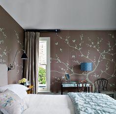 Обоями в цветочек можно смело оклеить всю комнату – растительные орнаменты, даже мелкие, не утомляют. Единственный недостаток этих рисунков в том, что они задают классический тон интерьера.